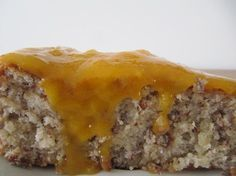 Bolo de amêndoa húmido com doce de ovos - http://www.sobremesasdeportugal.pt/bolo-de-amendoa-humido-com-doce-de-ovos/