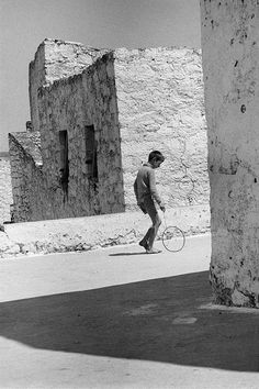 Boy with a hoop, Crete, Greece, 1964 - Greek America Foundation; Photograph by Constantine Manos, Magnum Photographer Vintage Pictures, Old Pictures, Old Photos, Greece Photography, Street Photography, Urban Photography, Color Photography, Malta History, Greece Pictures