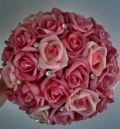 Lindo Bouquet produzido com rosas super delicadas de e.v.a. em tom de rosa pink, pétalas fininhas como uma pétala de rosa natural, aparência e textura super próximas às rosas naturais!    Detalhes do Bouquet:  *Aproximadamente 30 rosas  * aproximadamente 12 strass  * Folhagens na base do buquê  * Tule na base do buquê  * Fitas de cetim envolvendo a haste  * Laço de cetim com um lindo brochinho.    Os bouquets são personalizados conforme a sua escolha!  Confecciono o buque da daminha e da ...