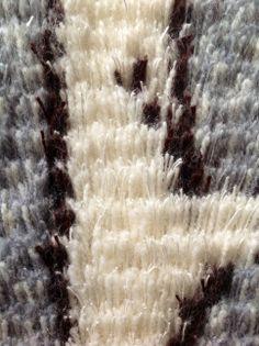 """Eine Detailansicht des Ryijy Wandteppiches """"Alte Kiefer"""". Schau Dir an, wie weich die Kombination aus Wolle und Leinen wirkt. Jeder Knoten besteht aus 2 Woll- und 2 Leinenfäden. Das Näh-Set kann in unserem Shop bestellt werden."""