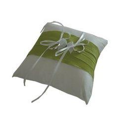Ringkissen Schleife grün-weiss    Mal was anderes ! Wunderschönes Ringkissen aus weißer Wildsseide und einem gekrappten Band in grün. Das Kissen ziert