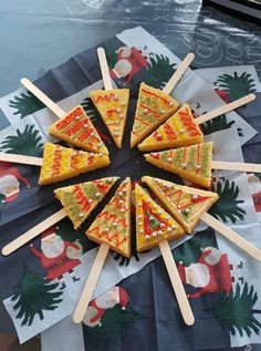 kerstboom-cake Christmas Tree, Holiday Decor, School, Cake, Teal Christmas Tree, Xmas Trees, Food Cakes, Xmas Tree, Schools