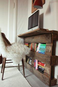 kleiner Schreibtisch mit zusätzlichen Fächer für Wandmontage