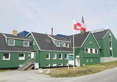 Nuuk Művészeti Múzeum  A Nuuk Művészeti Múzeum 600nm-en teszi elérhetővé állandó és időközi kiállításait. 2005-ben nyílt a korábbi adventista egyház épületében, néhány percnyi sétára Nuuk központjától. Az állandó gyűjtemény főleg Svend és Helen Junge Pedersen által gyűjtött művekből áll, a múzeum az ő ajándékuk Nuuk lakosainak. Ők ajándékozták a múzeumot a helyi önkormányzatnak, ami a mai napig a múzeum fenntartója.    Az állandó kiállítás többek között olyan jelentős alkotók műveit… Nuuk Greenland, Atlantic Ocean, Archipelago, Continents, Arctic, North America, Shed, Europe, Outdoor Structures