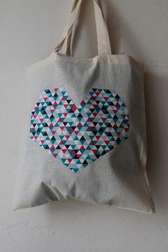 Sac en coton couleur naturelle avec des grandes lanières - 38x42cm motif gros coeur en tissus avec de petits triangles rose, violet, bleu et gris. Possibilité de personnalisatio - 17560718
