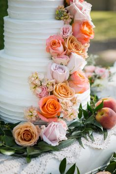 Peach roses wedding cake | Southern inspired garden wedding inspiration in the loveliest peach, pink and lush green color palette and with a  vintage twist | Second issue of XAAZA-ZINE: http://www.xaazablog.com/glorious-southern-style-wedding-inspiration/ Photography: Shelly Taylor Photography #gardenwedding #styledshoot #xaazazine