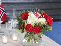 Blomster til 17. mai festen Norwegian Food, Arctic, Foods, Table Decorations, Interior, Food Food, Food Items, Indoor, North Pole