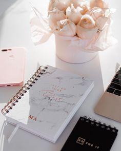 O #SimplePlanner foi criado para cada mulher, em todas os períodos da vida. Nós o planejamos minimamente (de propósito!) para ajudá-la a organizar, simplificar e ter espaço para as coisas boas da vida - porque a vida cotidiana não precisa ser comum. ✨Não tem seu Simple Planner ainda? Clique no link em nosso perfil para comprar o seu hoje!