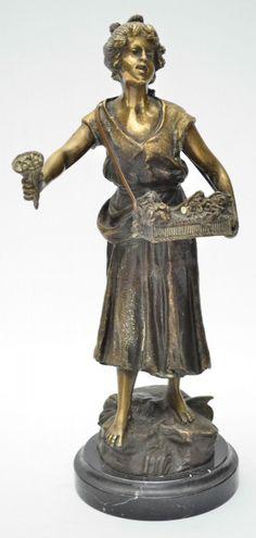 """Belíssima e antiga escultura art nouveau em bronze patinado e cinzelado representando """"Florista&"""