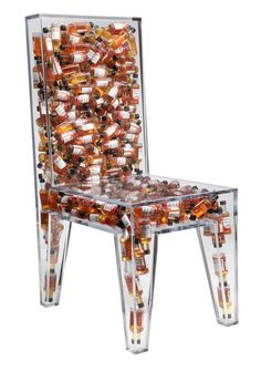 La picardía es su mayor atributo. La Impractically Comfortable Side Chair está hecha de acrílico con una cavidad hueca en su interior para acomodar 282 botellitas de salsa picante sureña y darle sabor a un mueble común y corriente.
