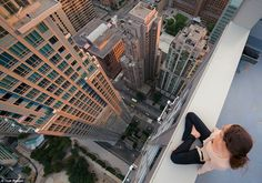 Exhilarating Shots of Thrill-Seekers Strolling Atop Skyscrapers - My Modern Metropolis-Tom Ryaboi Perspective Photography, City Photography, Three Point Perspective, Cool Pictures, Cool Photos, Random Pictures, Amazing Photos, Building Aesthetic, High Building