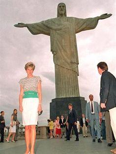 Diana posa junta ao Cristo Redentor, no Rio de Janeiro (Foto: AFP) Foto