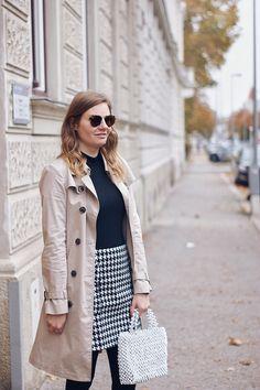 Streetstyle Herbst Outfit mit Trenchcoat, Rollkragenpullover und Hahnentritt Rock