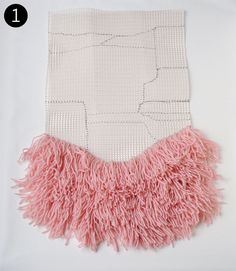 Discover thousands of images about This DIY wall hanging uses latch hooking and crochet techniques, for an easy-to-learn and simple to make vintage-inspired work of art! Weaving Projects, Weaving Art, Tapestry Weaving, Loom Weaving, Hand Weaving, Diy Projects, Vintage Inspiriert, Latch Hook Rugs, Woven Wall Hanging