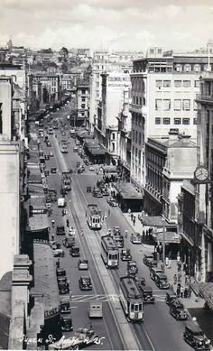 Bill ✔️ Auckland trams and traffic, circa 1930 Bill Gibson-Patmore. Cafe Interiors, Auckland New Zealand, Kiwiana, Architecture Old, Places Of Interest, Historical Pictures, End Of The World, Homeland, Coco