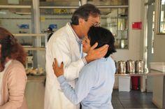 El. Dr. Salgado felicita afectuosamente a la funcionaria Isabel Hernández.