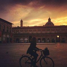 Buongiorno a tutti da qui: questa mattina bellissimi colori sul cielo sopra #Bologna  instagram, foto di @jane_birkin