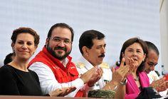 """El mandatario estatal dijo que en Veracruz el sistema para la atención de emergencias lo integran no sólo funcionarios de los tres niveles de gobierno, sino toda la sociedad civil veracruzana; por ello """"los veracruzanos enfrentamos los desafíos de la naturaleza mejor preparados que nunca""""."""