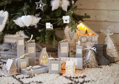 de petites boîtes à cadeaux et des ornements pour sapin de Noël cœurs et étoiles