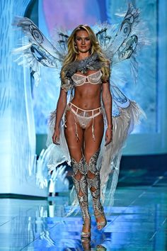Candice Swanepoel Photos - Model Candice Swanepoel walks the runway at the annual Victoria's Secret fashion show at Earls Court on December 2014 in London, England. - Victoria's Secret Fashion Show — Part 2 Victoria Secrets, Show Victoria Secret, Victoria Secret Angels, Victorias Secret Models, Candice Swanepoel, Vs Fashion Shows, Fashion Models, Fashion Photo, Fashion Fashion