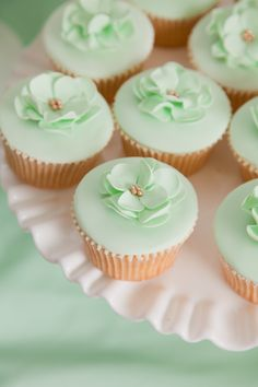 A well-tended garden is something to be proud of, as are these beautifully baked and decorated flower cupcakes below. Though these cupcakes may be sweet, sugary, and edible, they are so wonderfully. Pretty Cupcakes, Beautiful Cupcakes, Wedding Cakes With Cupcakes, Elegant Cupcakes, Cupcake Wedding, Wedding Desserts, Mint Green Flowers, Wedding Mint Green, Gold Wedding