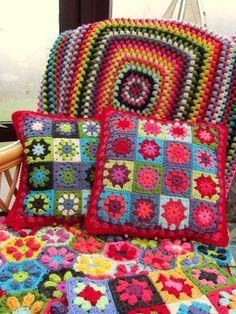Almofada de quadradinhos de crochet