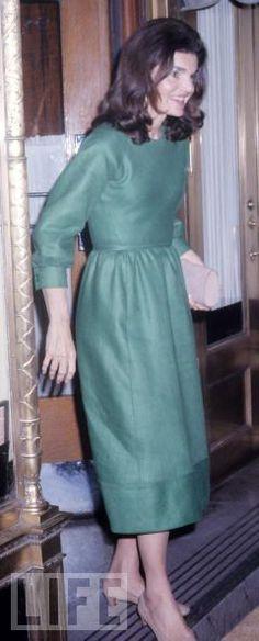Queen Jackie O. — May 1974 Jackie Onassis leaving La Cote Basque. Jacqueline Kennedy Onassis, John Kennedy, Estilo Jackie Kennedy, Jaqueline Kennedy, Jaclyn Kennedy, Gracie Kelly, Jackie Oh, Princesa Diana, Natalie Portman