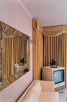 William Eggleston , Graceland, As Eggleston was from this part of the American South (Memphis, Tennessee) one imagines he unde. William Eggleston, Elvis Presley House, Graceland Elvis, Priscilla Presley, Thelma Et Louise, Photo Portrait, Memphis Tennessee, Mellow Yellow, Color Photography