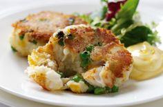 Smoked haddock fishcakes and garlic mayo - 150 family dinners under 500 calories Dinners Under 500 Calories, 500 Calorie Meals, Low Calorie Recipes, Veggie Recipes, Dinner Recipes, Cooking Recipes, Healthy Recipes, Potato Recipes, Healthy Meals
