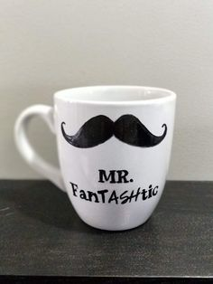 Easy DIY gift idea: Sharpie Man Mug! Made with Sharpie, white mug and a free template Handmade Gifts For Men, Diy Gifts For Dad, Easy Diy Gifts, Simple Gifts, Gifts In A Mug, Plain White Mugs, Oil Based Sharpie, Diy Sharpie Mug, Sharpie Crafts