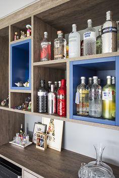 Nichos em madeira e laca colorida para vinhos e bebidas. Os nichos também funcionam para decorar a sala que é aberta para a cozinha, Bathroom Medicine Cabinet, Kitchen Decor, Home Improvement, Sweet Home, House Design, Flat, Diy, Dining Room Blue, Blue Shed Furniture