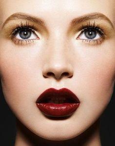 Tendințe machiaj Primăvară 2017.Află pe ce stiluri pun accent makeup artiștii în sezonul cald!Buzele extreme și smokey eyes sunt în tendințe și anul acesta.