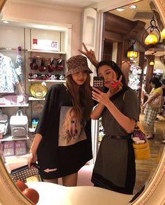 Lisa and Jisoo Blackpink lalalalisa_m Blackpink Fashion, Korean Fashion, South Korean Girls, Korean Girl Groups, Cool Girl, My Girl, Blackpink Members, Black Pink Kpop, Blackpink Photos