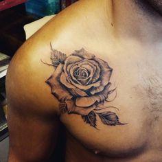 Tatuaje de una rosa en entre el pecho y el hombro. Artista...