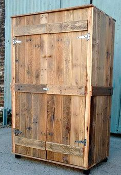 Pallet Furniture Projects Pallet Wardrobe - Closet made from Pallets Wooden Pallet Crafts, Wooden Pallet Furniture, Diy Pallet Projects, Wooden Pallets, Pallet Chair, Pallet Patio, Diy Patio, Pallet Ideas, Pallet Wardrobe
