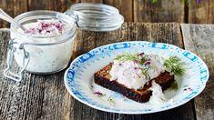 Skagenröra on klassinen ruotsalainen rapusalaatti, joka sopii erinomaisesti alkupalaksi saaristolaisleivän kanssa tarjottuna. Tämäkin resepti vain n. 2,00€/annos*. Christmas Treats, Sandwiches, Food And Drink, Pie, Pudding, Desserts, Recipes, Torte, Tailgate Desserts