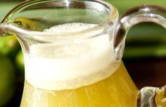 Suco de limão com capim santo  4 limões tahiti (sem a parte branca interna)  1 xícara (chá) de capim santo picado (pode ser mais ou menos, dependendo do seu gosto)  1 litro de água gelada  Açúcar, mel ou adoçante a gosto