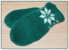 Jeg er fortsatt i det blågrønne hjørnet. Nå har jeg strikket et par votter, men ikke med favorittoppskriften min denne gangen. Jeg hadde ... H Design, Mittens, Diy And Crafts, Slippers, Wool, Knitting, Baby, Fingerless Mitts, Tricot