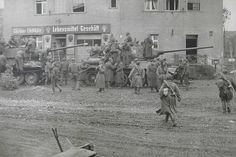 1945, Allemagne, Berlin, Des soldats russes lors d'une pause devant une épicerie..