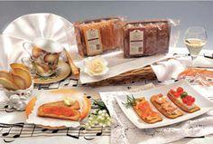 PETALI DI PANE ALBICOCCA E NOCCIOLA Sottili sfoglie di pane con pezzi di albicocca e nocciola, lavorate a mano. Ottimi a colazione o a merenda.