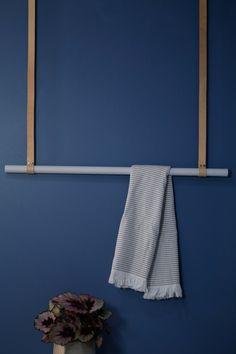 Hengende klesstang i lysegrå eik med nude lærreimer. Se mer på www.elmholtshop.com