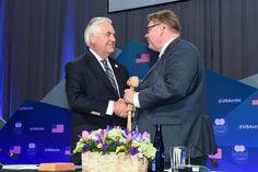 Yhdysvaltain ulkoministeri Rex Tillerson luovuttaa puheenjohtajan nuijan Suomen ulkoministeri Timo Soinille.