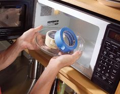 A veces, la cinta adhesiva que ha sentado en un estante durante años no se tire del rollo sin que se rompa. Renueva por lo calentarlo en el microondas durante 10 segundos. El calor ablanda el adhesivo de fácil liberación