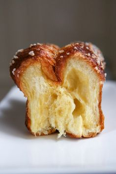 The ideal homemade brioche recipe: a crispy, very smooth crumb and a good taste of butter! Discover the tips for making your brioche every time! Cooking Chef, Cooking Recipes, Cross Buns Recipe, Homemade Brioche, Bread Dough Recipe, Brioche Bread, Easy Food To Make, Cake Recipes, Yummy Food