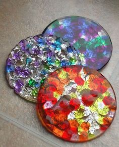Fun after school project! Melted Bead Suncatchers in Embroidery Hoop Frames -- using those plastic pony beads. Diy Projects To Try, Crafts To Make, Easy Crafts, Craft Projects, Crafts For Kids, Arts And Crafts, Paper Crafts, Craft Ideas, Melted Bead Crafts
