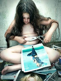 Photo extrêmement troublante par Meg Gaiger. C'est la responsabilité de toute la communauté d'éduquer nos filles, de leur donner une confiance absolue en elles, telles qu'elles sont. Les moyens utilisés par les médias pour véhiculer l'image d'un corps parfait entrainent des conséquences dangereuses.  #NONauModeleUnique