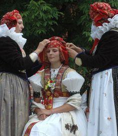 Hanácká svatba ve skanzenu v Příkazích Folk Costume, Costumes, People Of The World, Beautiful Patterns, Czech Republic, Culture, Hana, Ethnic, Traditional