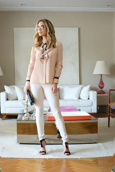 """Look de Helena Lunardelli que  mistura o romântico da camisa com o """"edgy"""" do jeans giletado. Esse modelo de jeans é um must have da Carol, está presente em cada coleção com diferentes cores e padronagens. A camisa de babados é super atual também."""