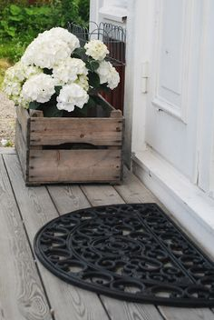 So, if this was enough to convince you to do a garden project using wooden crates, then you should definitely check my DIY Wooden Crates That Will Beautify Your Garden. Hortensia Hydrangea, White Hydrangeas, Diy Wooden Crate, Wooden Crates, Deco Nature, Front Door Decor, Front Porch, Front Entry, Outdoor Living