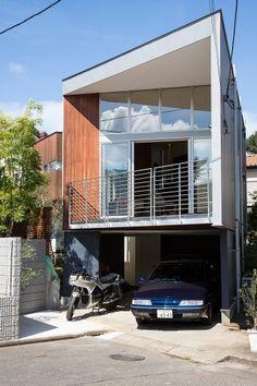大きな窓から日差しが降り注ぐ。 Narrow House Designs, Small House Design, Cool House Designs, Modern House Design, Interior Architecture, Contemporary Architecture, Townhouse Designs, Architect House, Japanese House
